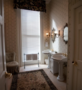 elegant-bathroom-1320841-m